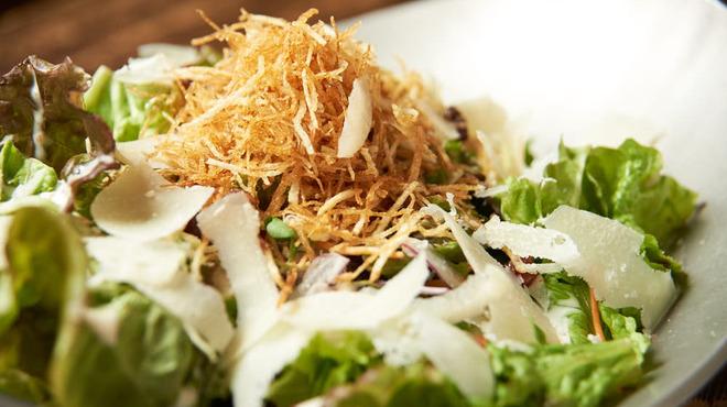 ごはん・ばー 心ろ家 - 料理写真:カリカリベーコンと半熟玉子のせシーザーサラダ