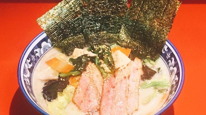 天鳳 - 料理写真:炙りベーコンのとんこつラーメン  春野菜で 彩りと優しい味に仕上げました。税込1,000円