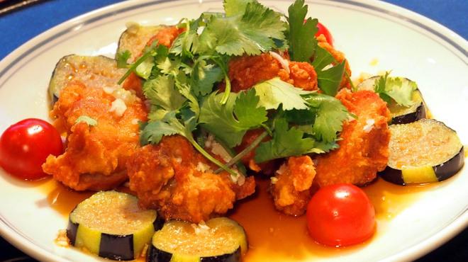 東園 - 料理写真:国産若鶏の唐揚げパクチーたっぷり油淋ソースがけ