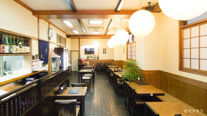 にわ - 内観写真:全席テーブル席の広く落ち着いた空間