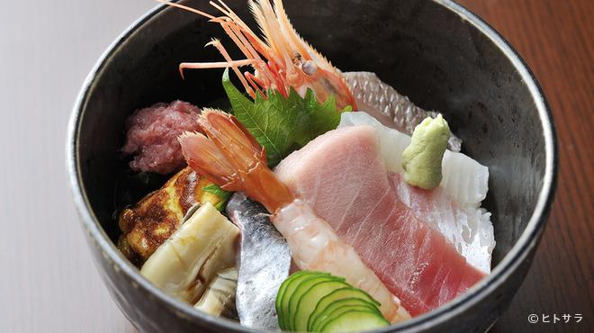 甚伍朗 - 料理写真:味もボリュームも、そして彩りも美しい『旬の海鮮丼』