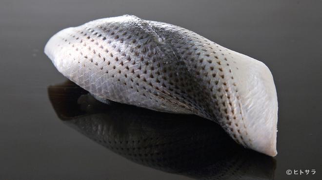鮨 ます田 - 料理写真:しっかりと締めて、旨味が舌に差し込むような味わいの『小肌』