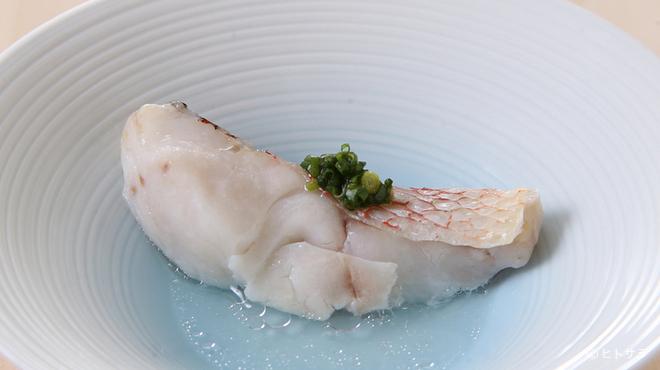 鮨 ます田 - 料理写真:酒飲みならずとも箸が止まらなくなる酒肴『甘鯛の酒蒸し』