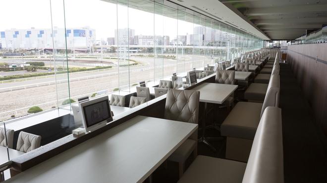 ダイアモンドターン - 内観写真:Dブロック:見晴らしの良いゆったりとした3名様用の席。ソファー席+椅子席のコラボ。