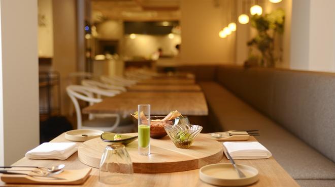 フランス料理 サンク - 内観写真:特別オーダーした、家具や食器の数々