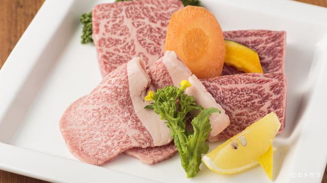 焼肉 おくう - 料理写真:希少なザブトン、いちぼ、トモサンを堪能『特撰和牛三種盛皿』