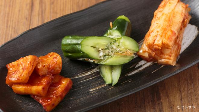 焼肉 おくう - 料理写真:上品なピリ辛が後引く美味しさ『キムチの3種盛り合わせ』