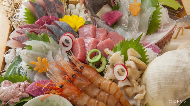 魚富 - 料理写真:地元富山の魚をよく知るオーナーが競り落とす新鮮な魚介
