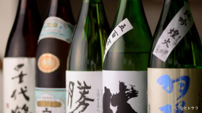 魚富 - ドリンク写真:県内の日本酒を網羅。季節限定品など希少なものも取り扱い