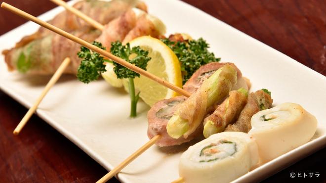 マルカン漁業部 海がき本店 - 料理写真:北海道・八雲産の豚肉で野菜を巻いた人気メニュー『串焼き』