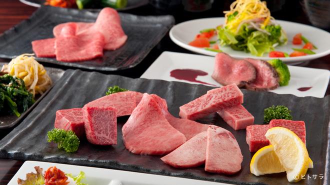 おくう - 料理写真:フレンチ風に盛り付けられたサラダは目でも楽しめる一品