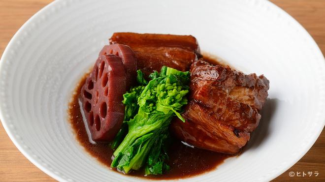 九吾郎ワインテーブル - 料理写真:柔らかい食感が楽しめる『豚の赤ワイン煮』
