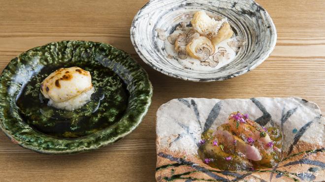 虎白 - 料理写真:料理をさらに引き立てる現代作家の器たち