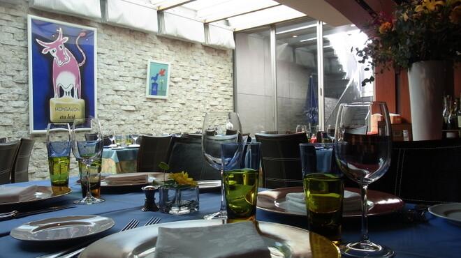 ル・プティ・ブドン - 内観写真:テラス側は自然光が降りそそぎ明るいお席