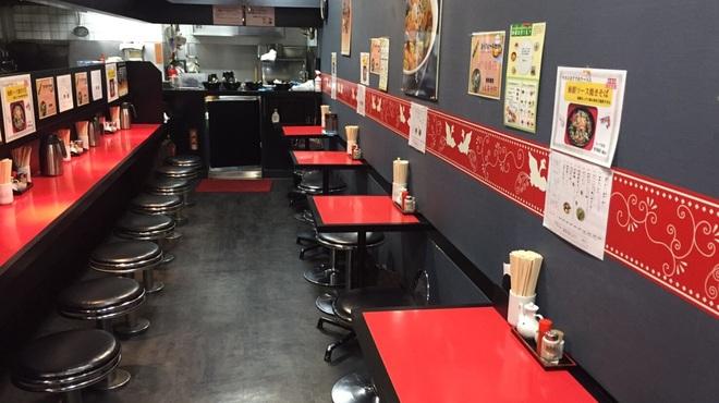 天鳳 - 内観写真:店内左側にもテーブル席がございます。