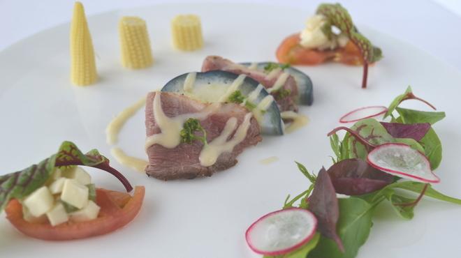 貴匠桜 - 料理写真:鴨ロースの燻製と泉州水茄子のマリアージュ モッツァレラとアメーラのサラダ 山葵菜風味