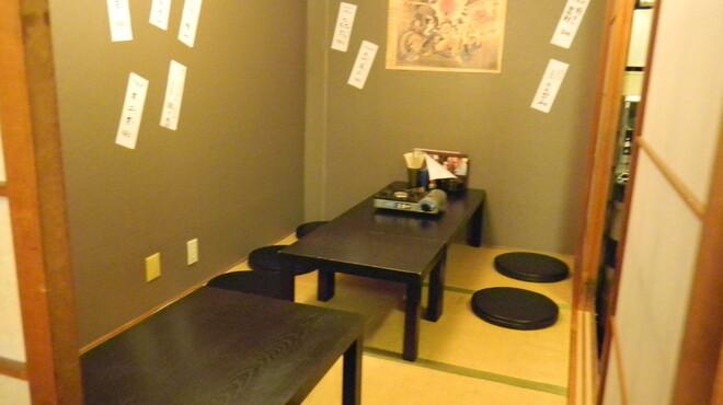 嬉らく人 - 内観写真:8~10名様の個室が2つと間の仕切りを外せば最高24名様までご宴会可能です。