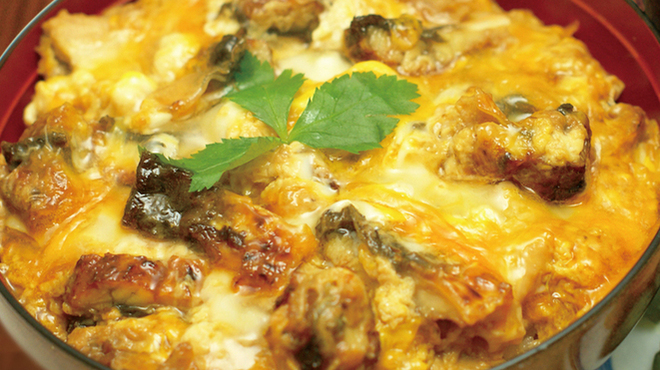 炙屋 十兵衛 - 料理写真:比内地鶏と究極の親子丼(味噌汁・お新香付)