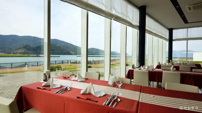 SAVOR - 内観写真:雄大な海を眺めながらの食事は、また格別な味わい