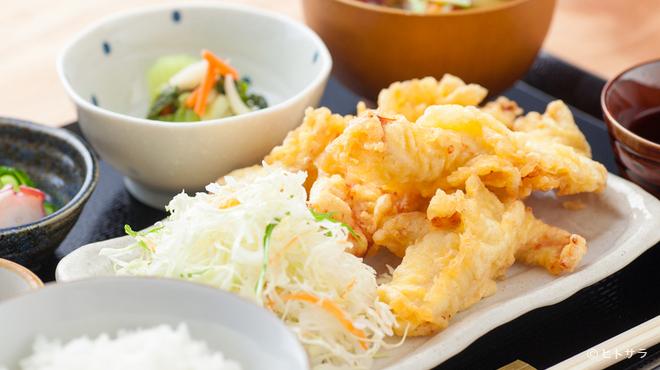 つばめ屋 - 料理写真:ジューシーな鶏天が食べ応え十分。秋田県および九州産の鶏肉を使った『やわらか鶏天ぷらランチ』