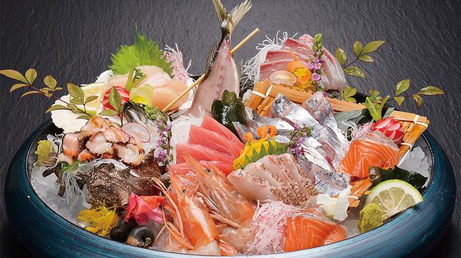 ざうお - 料理写真:新鮮な素材そのものの味を堪能 『刺身盛り合わせ【波音】』 日本全国各地からその季節旬の鮮魚を仕入れています。鮮度抜群の風味豊かな味や食感が堪能できる逸品です