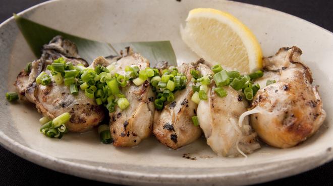 牛タン圭助 - 料理写真:三陸の豊かな自然が作りだした牡蠣をプリッと炭火で焼きました