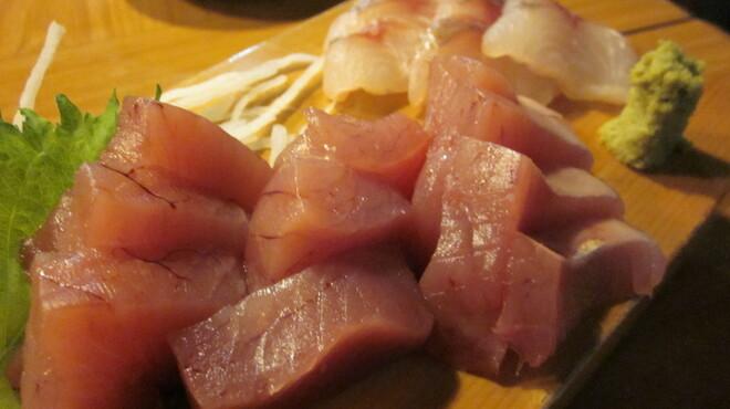 炉ばたワコー - 料理写真:ある日のオススメ(ヨコワ+関の天然縞鯵のお造り)