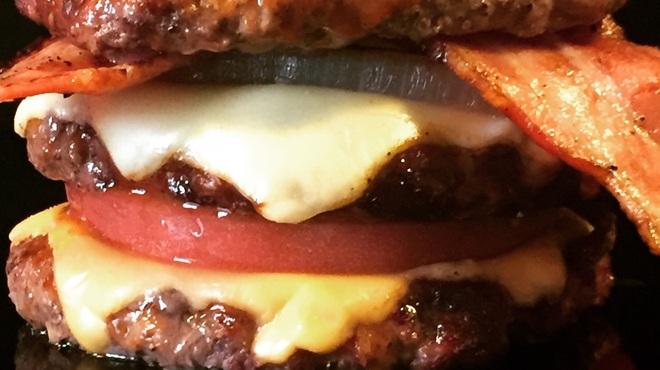 バーガーショップホットボックス - 料理写真:ゴメス!!肉を肉で挟む肉好きの為のハンバーガー!!