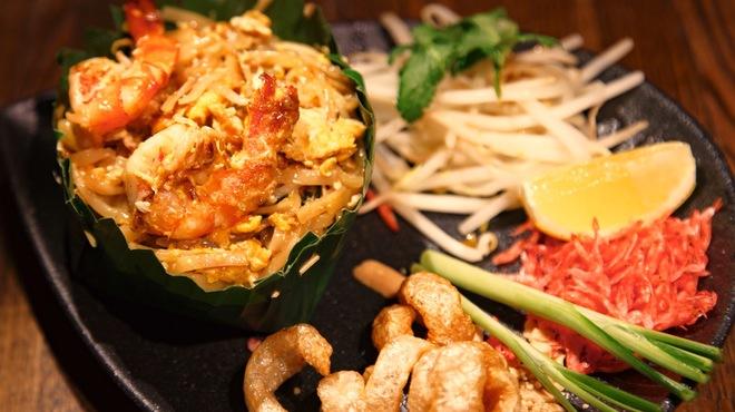 Bangkok Night - 料理写真:タイ風焼きそば/パッタイバイトン