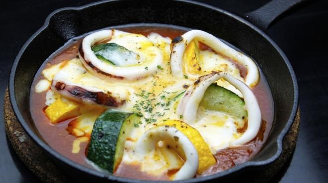 キタバル - 料理写真:【8月のSPECIAL MENU】 道内より いかとズッキーニのチーズ焼き 680円