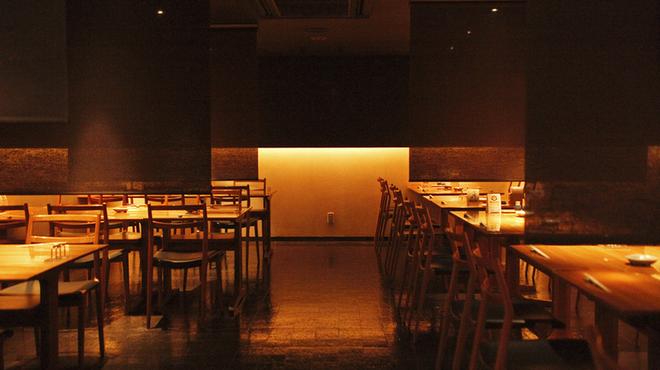 北○ - 内観写真:小グループに最適なテーブル席(44席)。ロールカーテンで仕切り、プライベートな食空間に
