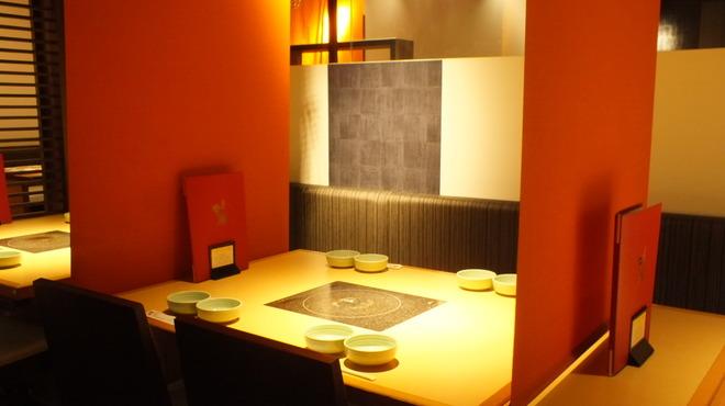 牛禅 - 内観写真:温かい色の暖簾で仕切られた空間で、落ち着いたひと時をお過ごしください。