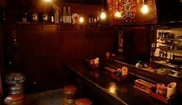 鬼瓦平蔵 - 内観写真:1階。目の前で焼かれる湘南地鶏の香ばしい煙が、食をそそります。