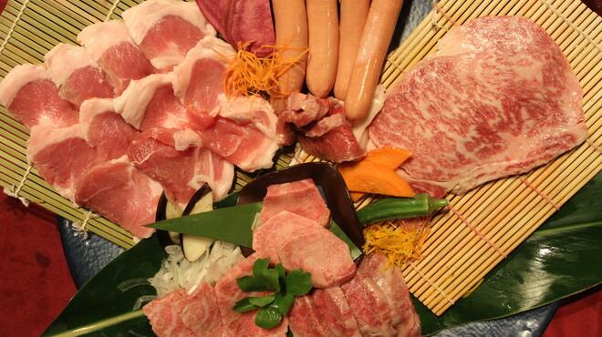 石垣島 きたうち牧場 - 料理写真:石垣牛と幻のアグー豚の盛り合わせ