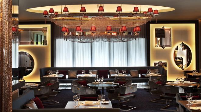 フレンチビストロ ル ドール - 内観写真:赤とGOLDを基調にした、ゴージャスな空間