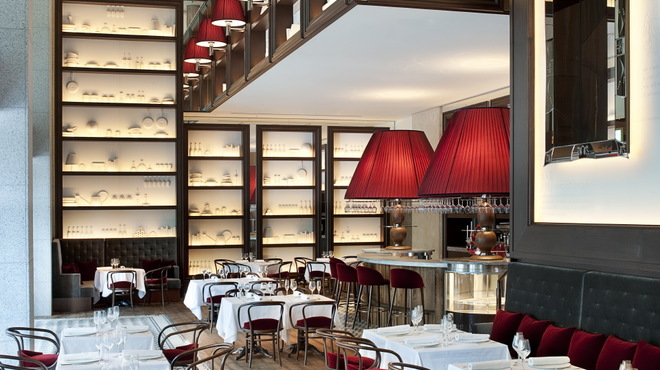 フレンチビストロ ル ドール - 内観写真:クランベリーカラ―のランプシェード、吹き抜けの店内がスタイリッシュなフレンチビストロ