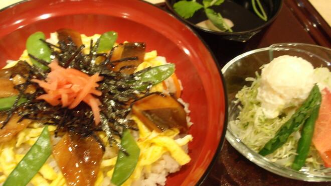 菊丸 - 料理写真:お食事メニュー 穴子入り五目ちらし\1.000 ランチタイムにはドリンク、デザート付き