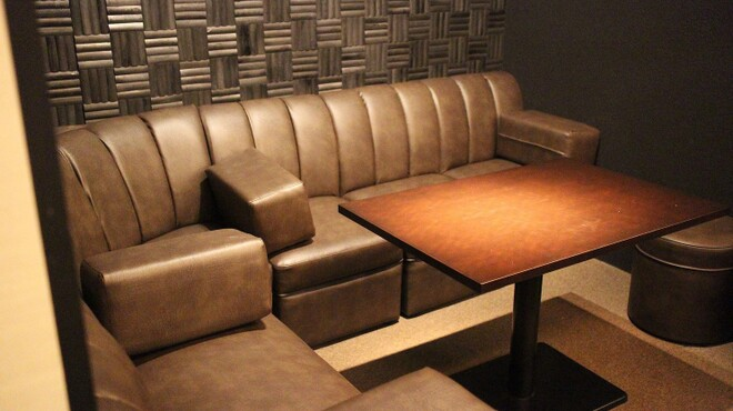 Bar Smitomashira - 内観写真:6名様掛けソファー席