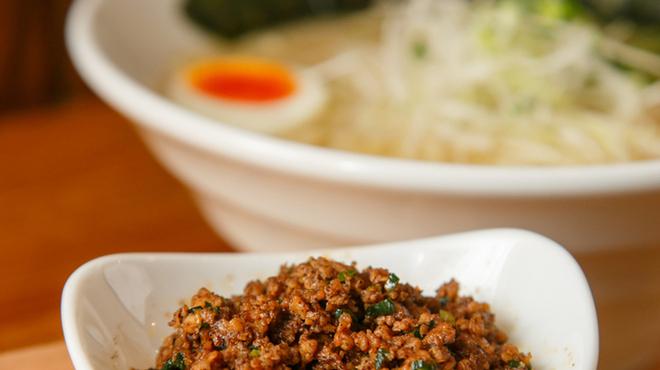 麺や七福 - 料理写真:『辛白湯』大山どりのひき肉を旨辛スタミナ味でトッピング。後乗せで味変しつつ、ニンニクと豆板醤であなた好みに仕上げてください
