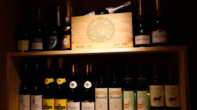 博多炉端 炉邸 - ドリンク写真:福岡のフレンチで唯一ミシュランガイドの星に輝く、グランメゾン「レザンドール」のオーナーソムリエ石井秀樹氏監修のもと、炉端焼きに合う良質なワインを豊富に取り揃えました。