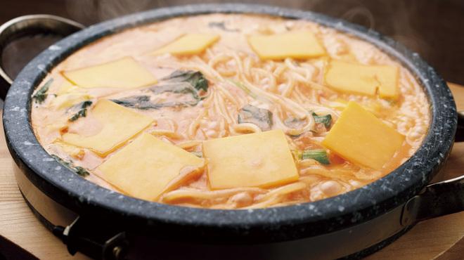 魔法のパスタ - 料理写真:チェダーチーズの石焼トマトクリーム