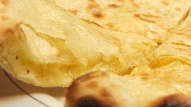 ヤク&イエティ - 料理写真:チーズナン♪もっちもち&パリっとした食感★なかにはとろ~りとしたチーズが…大人気の逸品です!!