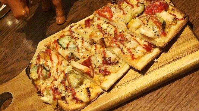 Buff - 料理写真:鶏と彩り野菜のピザ ~オーロラソース~