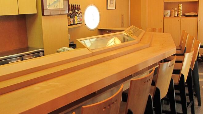すし菊地 - 内観写真:ゆったりとしたカウンター席。目の前で握ります