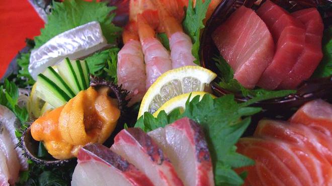 京橋 二刀流 - 料理写真:朝獲れ産地直送お造り盛合わせ。旬がふんだんに盛込まれているので、美味しく季節を感じます!!