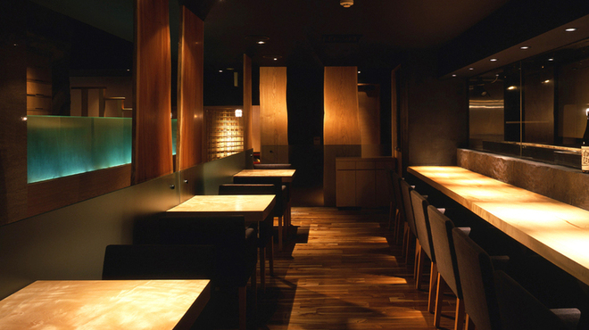 新宿 今井屋本店 - 内観写真:職人技を堪能できるカウンター席