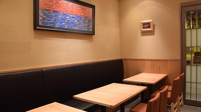 金沢まいもん寿司 珠姫 - 内観写真:グループでの利用に最適なテーブル席(12席)