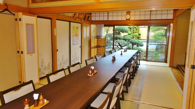 うおさだ - 内観写真:法事や各種宴会、会食などに最適なお部屋です。24名様まで、ゆったりとお食事をしていただけます。