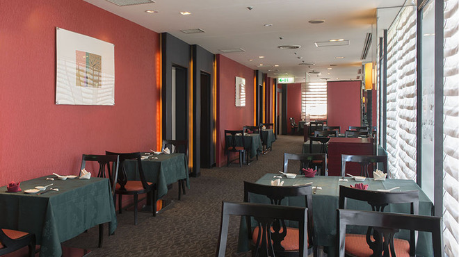 中国料理 桃花林 - 内観写真:赤と緑を基調とした、印象的ながら落ち着いた店内です。
