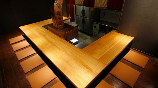 串たなか - 内観写真:1Fはコの字型カウンターのみ。12席。